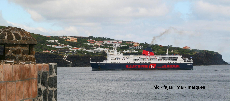 Navio Express Santorini a dar entrada na baía das Velas, Ilha de São Jorge (Açores).