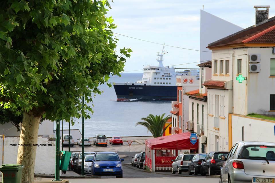 Chegada do Ferrie Boat à Baía das Velas, Ilha de São Jorge (Açores).