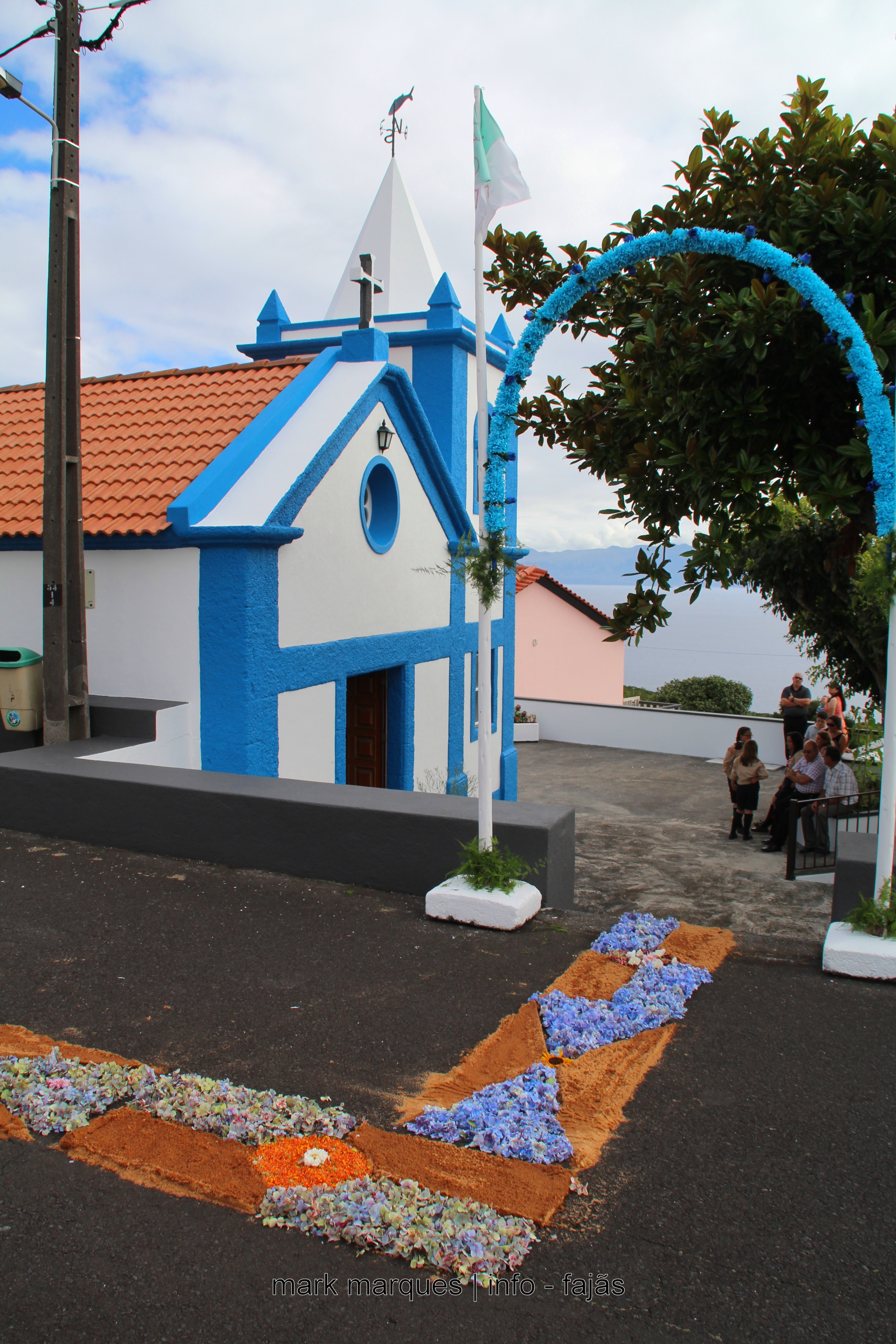 FIÉIS FAZEM TAPETES PARA PROCISSÃO – RIBEIRA DO NABO – URZELINA. (reportagem fotográfica)