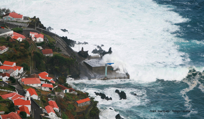 Mau tempo nos Açores cancela voos e ligações marítimas, centenas de pessoas afetadas.