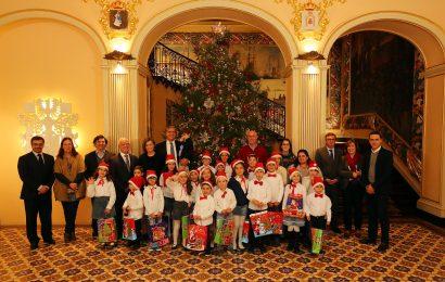 Crianças cumprem tradição de inaugurar Árvore de Natal da Presidência do Governo