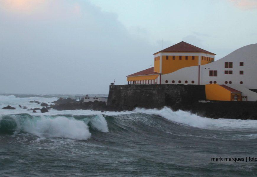 Proteção Civil alerta para previsão de vento e agitação marítima em sete ilhas dos Açores