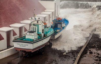 Ondulação forte provoca danos e fecha porto na Madalena – Ilha do Pico