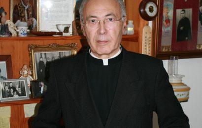 Padre açoriano (Manuel Garcia da Silveira) entrega  livro ao Papa e a Marcelo