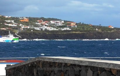 FERRY BOAT A ZARPAR DO PORTO DAS VELAS – ILHA DE SÃO JORGE (Açores) (c/ vídeo)