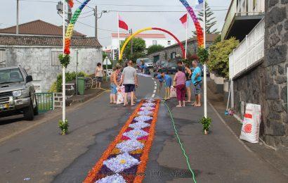 FIÉIS FAZEM TAPETES PARA RECEBER SANTA ANA – FESTAS DE SANTA ANA – BEIRA – Ilha de São Jorge (c/ reportagem fotográfica)