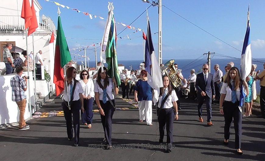 BANDA FILARMÓNICA ESTÍMULO DESFILA NA FESTA DO BOM JESUS – FAJÃ GRANDE / CALHETA – Ilha de São Jorge (c/ vídeo)