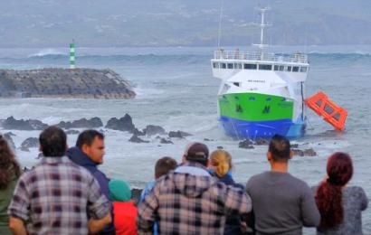 Embarcação de passageiros encalhou na Ilha do Pico com 70 pessoas a bordo (61 passageiros e 9 tripulantes) mas já estão todos a salvo e em segurança.