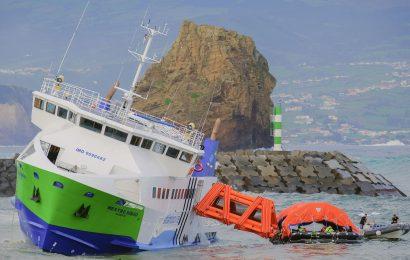 Navio que liga Faial ao Pico encalhado junto ao porto da Madalena – Ilha do Pico