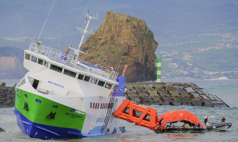 """O navio """"Mestre Simão"""", que fazia a ligação entre Faial e Pico, nos Açores, encalhou junto ao porto da Vila, disse à Lusa o presidente da Câmara Municipal da Madalena, referindo que os passageiros estão a ser retirados, 06 de janeiro de 2018. LINO BORGES/LUSA"""