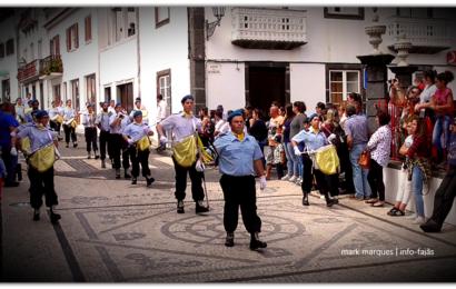 CHARANGA DA ASSOCIAÇÃO HUMANITÁRIA DOS BOMBEIROS VOLUNTÁRIOS DAS VELAS EM DESFILE – Vila das Velas – Ilha de São Jorge (c/ vídeo)