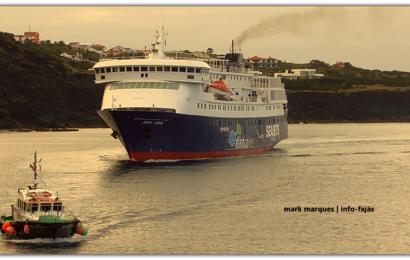 """Navio """"AQUA JEWEL"""" atraca no Porto das Velas – Ilha de São Jorge (Lotação 795 passageiros / 155 viaturas) (c/ vídeo)"""