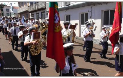 BANDAS FILARMÓNICAS ACOMPANHAM MORDOMOS ATÉ À CASA DO DIVINO ESPÍRITO SANTO – Santo Antão – Ilha de São Jorge (c/ vídeo)