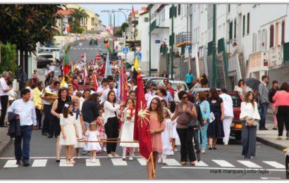 CORTEJO DE COROAÇÃO (14 COROAS) – IMPÉRIO DO LIVRAMENTO – Vila das Velas – Ilha de São Jorge (c/ vídeo)