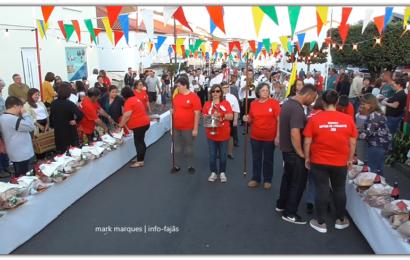 """DISTRIBUIÇÃO DE """"ESMOLAS"""" PARTILHA – IMPÉRIO DO LIVRAMENTO – Vila das Velas – Ilha de São Jorge (c/ vídeo)"""