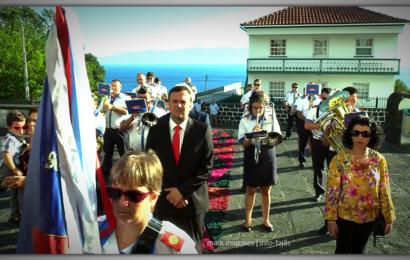 UNIÃO URZELINENSE CUMPRIMENTA IGREJA DE SÃO MATEUS – Urzelina – Ilha de São Jorge (c/ vídeo)