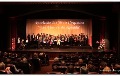 """Coros interpretam """"Ilhas de Bruma"""" em concerto no Auditório Municipal de Velas – Ilha de São Jorge (c/ vídeo)"""