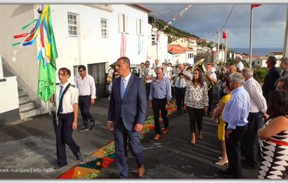 """BANDA FILARMÓNICA """"ESTÍMULO"""" DESFILA NA FESTA DO BOM JESUS – Fajã Grande / Calheta – Ilha de São Jorge (c/ vídeo)"""