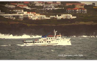 """O """"velhinho"""" CRUZEIRO DO CANAL a zarpar do Porto das Velas – Ilha de São Jorge (c/ vídeo)"""