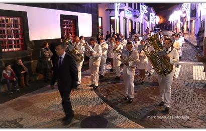 """""""BANDA FILARMÓNICA DE SANTO AMARO"""" DESFILA NO DIA DAS MONTRAS – Vila das Velas – Ilha de São Jorge (c/ vídeo)"""