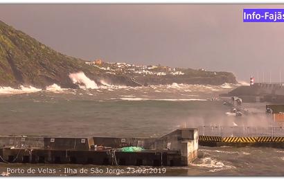 AGITAÇÃO MARÍTIMA NO PORTO DE VELAS – Ilha de São Jorge (Açores) (c/ vídeo)