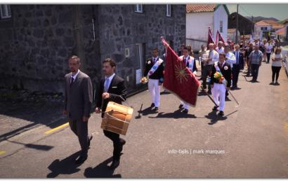 FOLIÕES NA FRENTE DO CORTEJO DA COROAÇÃO – DOMINGO DO DIVINO ESPÍRITO SANTO – Beira / Velas – Ilha de São Jorge (c/ vídeo)
