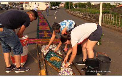 FIÉIS FAZEM TAPETES PARA RECEBER SANTA ANA – Beira – Ilha de São Jorge (c/ vídeo)