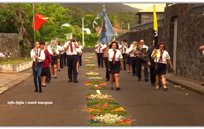 BANDAS FILARMÓNICAS DESFILAM NA FESTA DE SÃO MATEUS – Urzelina – Ilha de São Jorge (c/ vídeo)
