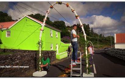 FIÉIS FAZEM TAPETES PARA RECEBER Nª SRª DO SOCORRO – Biscoitos / Calheta – Ilha de São Jorge (c/ vídeo)
