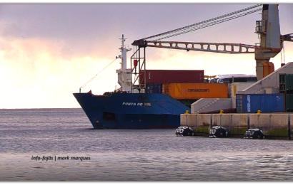 """NAVIO PORTA CONTENTORES """"PONTA DO SOL"""" DESCARREGA MERCADORIAS NO PORTO DAS VELAS – Ilha de São Jorge (c/ vídeo)"""