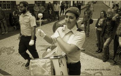 """""""TEMPOS DE ESPERA"""" – CHARANGA DA ASSOCIAÇÃO HUMANITÁRIA DOS BOMBEIROS VOLUNTÁRIOS DAS VELAS EM DESFILE – Ilha de São Jorge  (c/ vídeo)"""