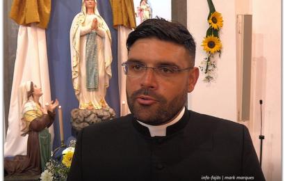 Pe. Dinis Silveira deixa mensagem aos emigrantes em dia de festa – Santo Antão – Ilha de São Jorge (c/ vídeo)