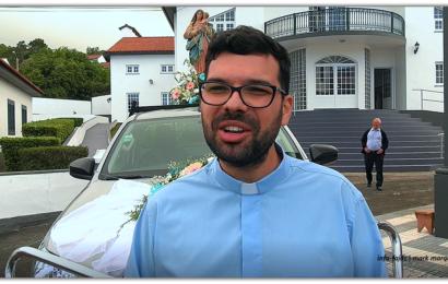 NA HORA DA DESPEDIDA PADRE RÚBEN PACHECO DEIXA MENSAGEM AOS EMIGRANTES E PAROQUIANOS – Rosais – Ilha de São Jorge (c/ vídeo)