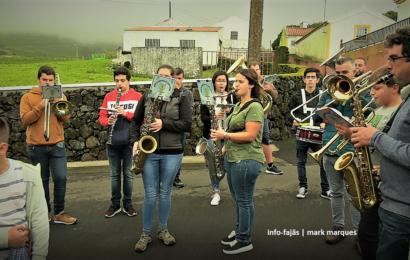 BANDA FILARMÓNICA PERCORRE TODAS AS CASAS DA FREGUESIA – Santo Amaro – Ilha de São Jorge (c/ vídeo)