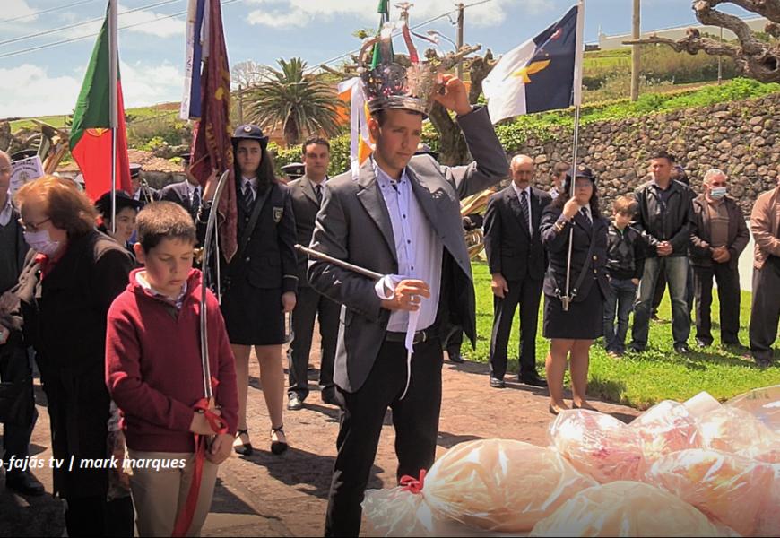 VILA DO TOPO – COROAÇÃO E DISTRIBUIÇÃO DE ESMOLAS – Ilha de São Jorge (c/ vídeo)